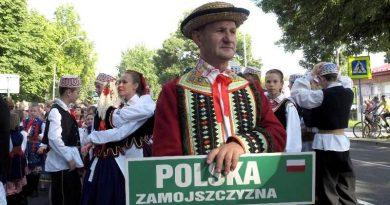 """17.07.2013 r.""""Eurofolk – Zamość 2013″ – przemarsz zespołów"""