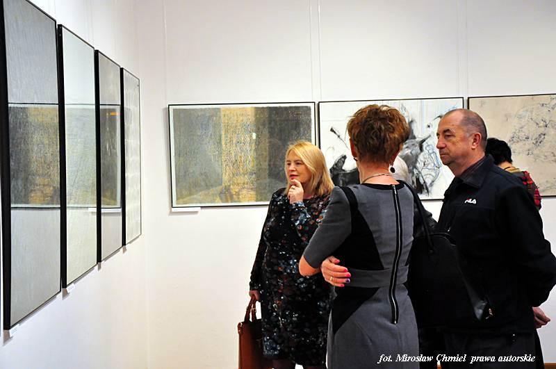 """Otwarcie wystawy """"Triennale Polskiego Rysunku Współczesnego – Lubaczów 2014"""" – BWA Galeria Zamojska, 12.12.2014 r."""
