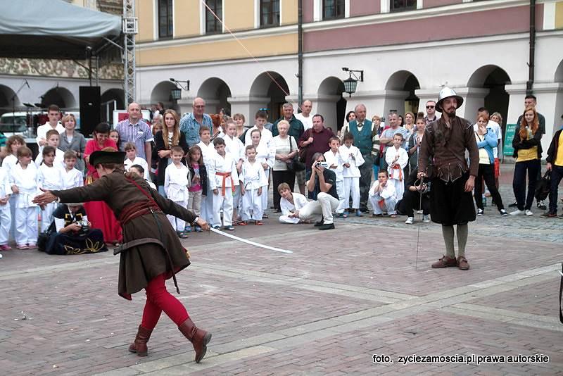 """Akcja parateatralna """"Bitwy rodów"""" – wprowadzenie do spektaklu """"Romeo i Julia"""""""