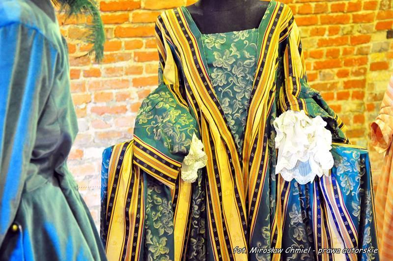 """""""Koronki, tiurniury, aksamity… kostiumy historyczne od końca XVI do XX wieku"""" – wystawa w kazamacie zachodniej Bastionu II"""