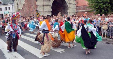"""XV Międzynarodowy Festiwal Folklorystyczny """"Eurofolk – Zamość 2016″ – korowód zespołów ulicami Zamościa"""