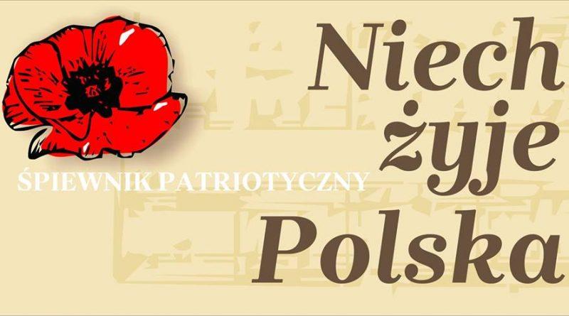 Patriotyczne śpiewanie w Zamojskim Domu Kultury