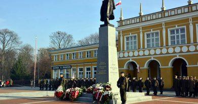 Wojskowe świętowanie pod pomnikiem Marszałka