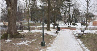 """Nowe, """"wandaloodporne"""" lampy w zamojskim parku"""