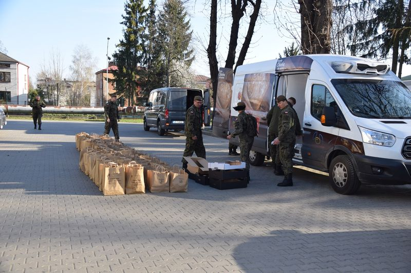 Terytorialsi dostarczają świąteczne paczki dla weteranów