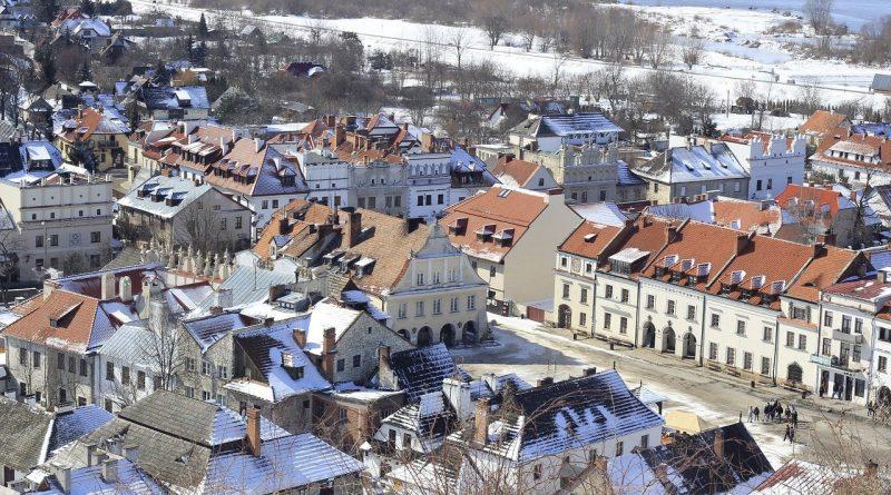 Kazimierz Dolny to miasto położone nad Wisłą w województwie lubelskim, które cieszy się sporą sławą i słynie z interesujących zabytków – zarówno świeckich, jak i sakralnych. Jak wygląda tutejszy rynek mieszkaniowy? Ile kosztują nowe mieszkania w Kazimierzu Dolnym? Sprawdzamy.