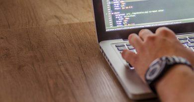 Nauka zdalna na kursie programowania to świetny sposób na podniesienie swoich kompetencji bez konieczności wychodzenia z domu lub pracy. Zdalny tryb prowadzenia szkoleń i kursów zyskuje na popularności ze względu na różne ograniczenia w dostępności do wersji stacjonarnych. Możliwość nauki na odległość to duża oszczędność czasu i okazja do zdobycia nowych umiejętności. Programowanie koncentruje się na pracy z komputerem, dlatego nauka zdalna jest optymalnym wyborem. Oto najważniejsze informacje na temat nauki zdalnej na kursie programowania.